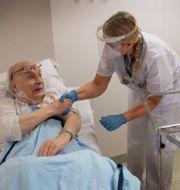 84-årige Bruno Mörk blev den första i Uppsala att få det nya vaccinet mot covid-19. Anders Wiklund/TT / TT NYHETSBYRÅN