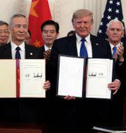 Trump skriver under handelsavtalet. Evan Vucci / TT NYHETSBYRÅN