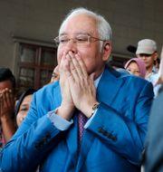 Malaysias tidigare premiärminister Najib Razak ber tillsammans med anhängare inför rättegång kring 1MDB-skandalen i Kuala Lumpur tidigare i december.  Lim Huey Teng / TT NYHETSBYRÅN