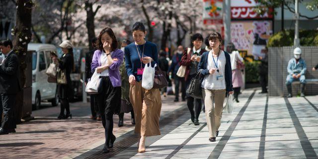 Kvinnor på väg till jobbet i Japan. Illustrationsbild. Said Karlsson/TT