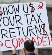 Arkivbild. Ett plakat under en demonstration 2017 där dåvarande president Trump uppmanas dela sina skatteuppgifter.  Ted S. Warren / TT / NTB Scanpix