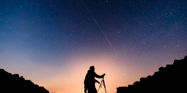 I detta foto med lång exponeringstid syns satteliternas rörelse som streck i stjärnhimlen. Peter Komka / TT NYHETSBYRÅN