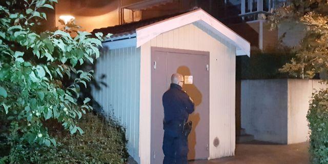 Polisinsats kring bostaden där kvinnan hittades.  Torbjörn Wåhlin/TT / TT NYHETSBYRÅN
