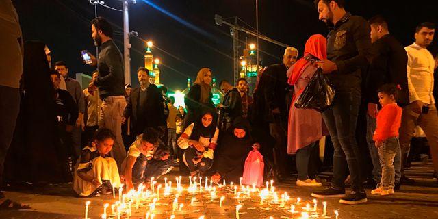 Mosulbor hedrar offren i färjeolyckan i mars i år. Ali Abdul Hassan / TT NYHETSBYRÅN