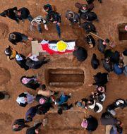 Begravning för yazidier som dödats av IS, bild från februari 2021. Farid Abdulwahed / TT NYHETSBYRÅN