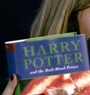 J. K. Rowling med en av sina böcker.  MATT DUNHAM / TT NYHETSBYRÅN/ NTB Scanpix