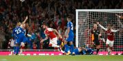 Arsenals Olivier Giroud, i mitten, efter att ha gjort 4–3 mot Leicester. Alastair Grant / TT / NTB Scanpix