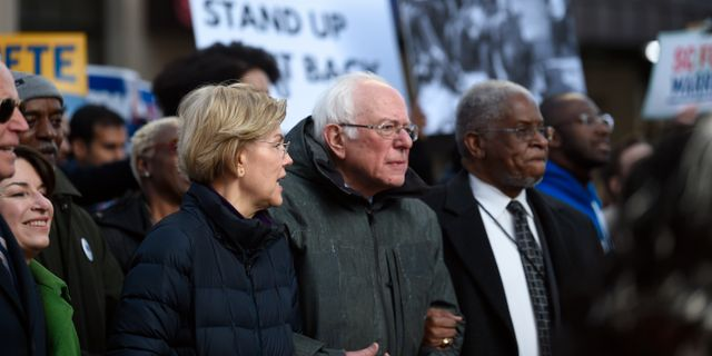 Elizabeth Warren och Bernie Sanders. Meg Kinnard / TT NYHETSBYRÅN