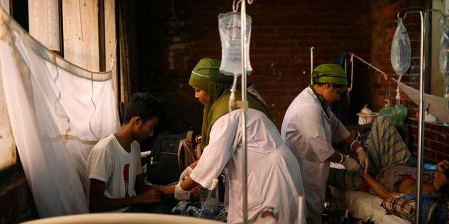 Sköterskor tar hand om människor som drabbats av denguefeber. Arkivbild. Mohammad Ponir Hossain / TT NYHETSBYRÅN