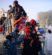 Rohingyer kliver på fartyget igår. Mahmud Hossain Opu / TT NYHETSBYRÅN