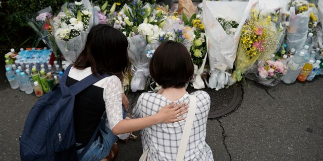Två kvinnor som sörjer efter den misstänkta mordbranden mot Kyoto Animations. Jae C. Hong / TT NYHETSBYRÅN/ NTB Scanpix