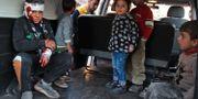 Syriska barn evakueras efter lufträder i Maarrat Misrin i Idlib-provinsen i Syrien. ABDULAZIZ KETAZ / TT NYHETSBYRÅN