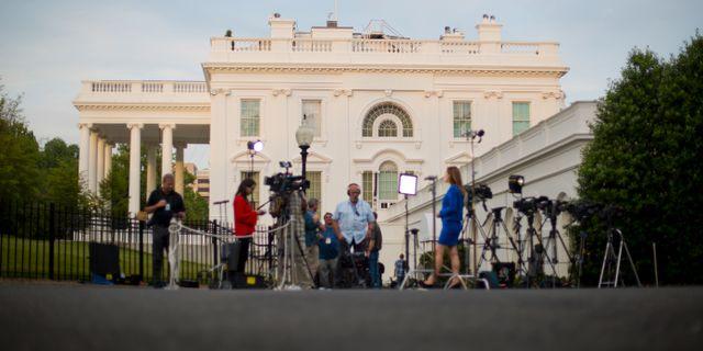 Journalister utanför Vita huset på onsdagen. Pablo Martinez Monsivais / TT / NTB Scanpix