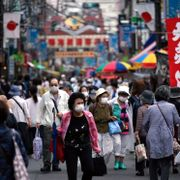 A street is crowded by shoppers in Tokyo Wednesday, June 24, 2020. Japan Äôs economy is opening cautiously, with social-distancing restrictions amid the coronavirus pandemic. (AP Photo/Eugene Hoshiko) Eugene Hoshiko / TT NYHETSBYRÅN