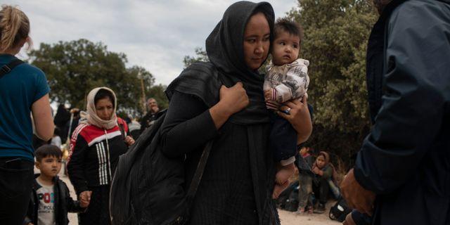 En kvinna och hennes barn anländer till den grekiska ön Lesbos från Turkiet.  Petros Giannakouris / TT NYHETSBYRÅN