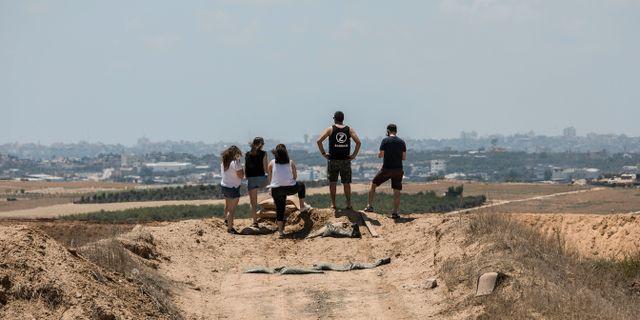 Israeler ser mot gränsen mot Gazaremsan. Tsafrir Abayov / TT / NTB Scanpix