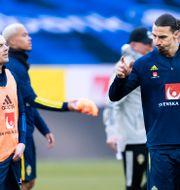 Larsson och Ibrahimovic under tisdagens träning.  JOEL MARKLUND / BILDBYRÅN