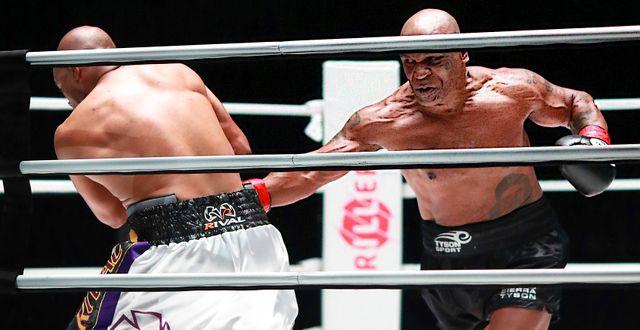 Mike Tyson får in en träff. Joe Scarnici / TT NYHETSBYRÅN