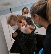 EN man vaccineras med baccinet Alvaro Barrientos / TT NYHETSBYRÅN