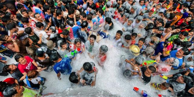 Det thailändska nyåret Songkran firas med ett gigantiskt vattenkrig i tre dagar. Exploration Online