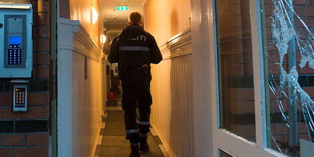 Polis i lägenhetshuset där kvinnan hittades Marit Hommedal/TT / TT NYHETSBYRÅN