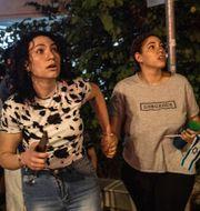 Israeler i staden Ramla tittar på raketer som avfyras mot staden på tisdagskvällen/förödelse i Gaza efter ett israeliskt flyganfall. TT