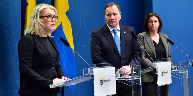 Socialminister Lena Hallengren (S), statsminister Stefan Löfven (S) och vice statsminister Isabella Lövin (MP) under dagens pressträff. Jonas Ekströmer/TT / TT NYHETSBYRÅN