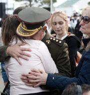 Militärofficer tröstar en anhörig till en av de försvunna besättningsmännen. Vicente Robles / TT NYHETSBYRÅN