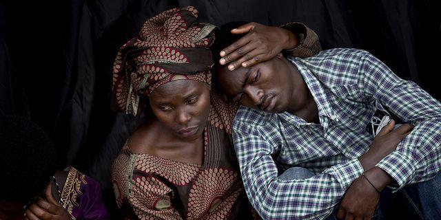 Två överlevare för folkmordet i Rwanda 1994. Arkivbild. TT