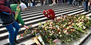 Offren för terrordådet hedras med blommor på årsdagen. Claudio Bresciani/TT / TT NYHETSBYRÅN