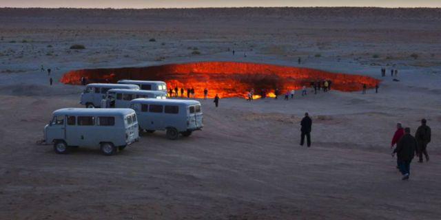 President Gurbanguly Berdimuhamedow besökte helveteshålet 2010 och beordrade att branden skulle släckas, men det har ännu inte hänt. Youtube
