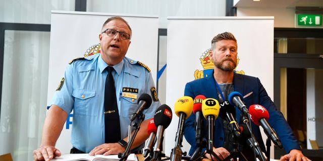 Polismästare Stefan Sintéus och polisens utredaren Niklas Kirschhoff vid tisdagens pressträff Johan Nilsson/TT / TT NYHETSBYRÅN