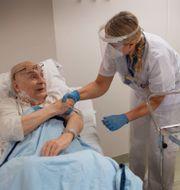 84-årige Bruno Mörk i Uppsala får vaccinet under julhelgen. Anders Wiklund/TT / TT NYHETSBYRÅN
