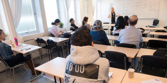 Asylsökande lär sig svenska på ett utbildningscenter för SFI, svenska för invandrare i Täby. Arkivbild. Fredrik Sandberg/TT / TT NYHETSBYRÅN