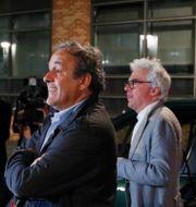 Michel Platini och hans advokat William Bourdon.  Francois Mori / TT NYHETSBYRÅN