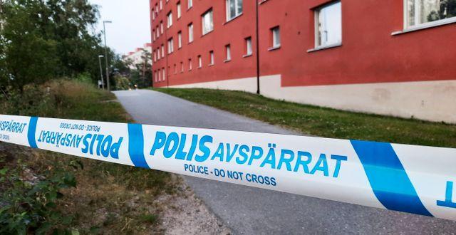 Poliser på plats i Flemingsberg där man fick in larm om skottlossning på lördagkvällen. Johan Jeppsson/TT / TT NYHETSBYRÅN