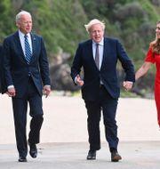 USA:s president Joe Biden och Storbritanniens premiärminister Boris Johnson tillsammans med sina fruar under G7-mötet i Cornwall.  Toby Melville / TT NYHETSBYRÅN
