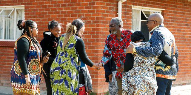 Robert Mugabes släktingar och deras grannar i byn Kutama.  PHILIMON BULAWAYO / TT NYHETSBYRÅN