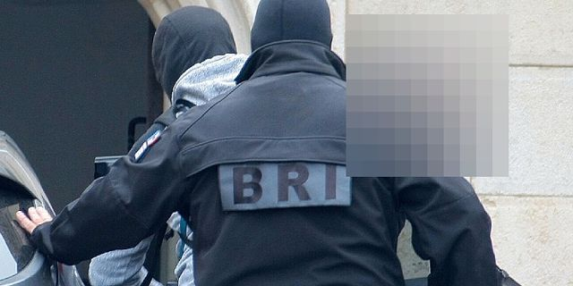 Fransk polis transporterar svensken från häktet i Dijon.  TT