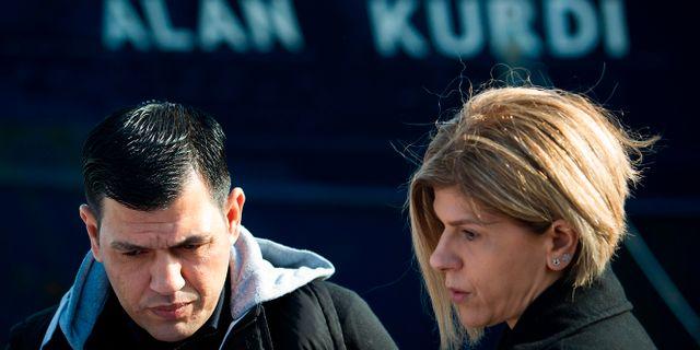 Abdullah Kurdi och hans syster Tima framför skeppet Alan Kurdi.  JAIME REINA / AFP