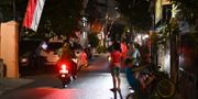 Boende har gått ut på gatorna i Jakarta efter skalvet. BAY ISMOYO / AFP