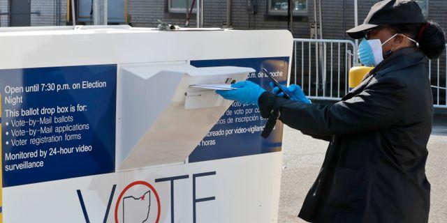 En kvinna poströstar i Ohio i slutet av april. Tony Dejak / TT NYHETSBYRÅN