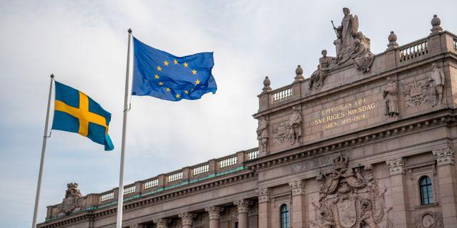 Svensk och EU-flagga hissade framför Riksdagshuset.  Henrik Montgomery/TT / TT NYHETSBYRÅN