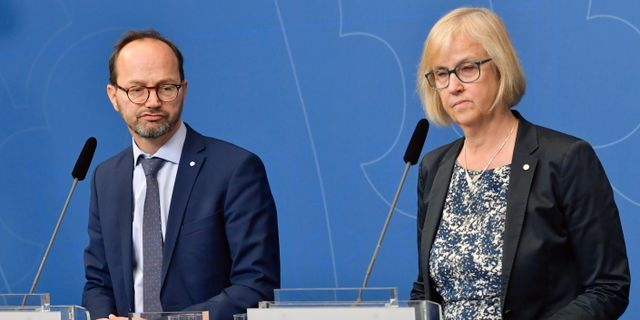 Infrastrukturminister Tomas Eneroth (S) och Trafikverkets generaldirektör Lena Erixon kommenterar regeringens plan för att hantera effekterna av flygbolaget Nextjets konkurs den 18 maj.  Jonas Ekströmer/TT / TT NYHETSBYRÅN