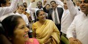 Parlamentsledamöter som kräver att parlamentet öppnar hurrar efter ett möte med talmannen. Eranga Jayawardena / TT NYHETSBYRÅN