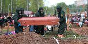En person som dött av covid-19 begravs i Ryssland. Kirill Zykov / TT NYHETSBYRÅN