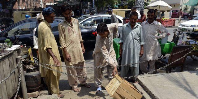 Brottsplatsen betraktas Arif Ali / AFP