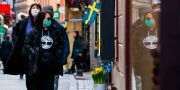 Turister bär ansiktsskydd under en promenad i Gamla stan i Stockholm.  JONATHAN NACKSTRAND / TT NYHETSBYRÅN