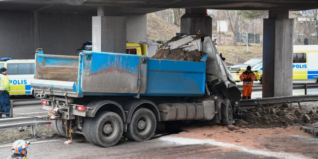 En lastbil körde in i ett brofundament över E4 vid Fruängen söder om Stockholm i mars. Henrik Montgomery/TT / TT NYHETSBYRÅN