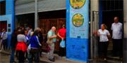 Numera är det är kö till de flesta barer i Havanna. Ölkris på Kuba efter rekordmånga turister Numera är det är kö till de flesta barer i Havanna. Ölkris på Kuba efter rekordmånga turister Rekordmånga turister har druckit upp ölen på Kuba Istock